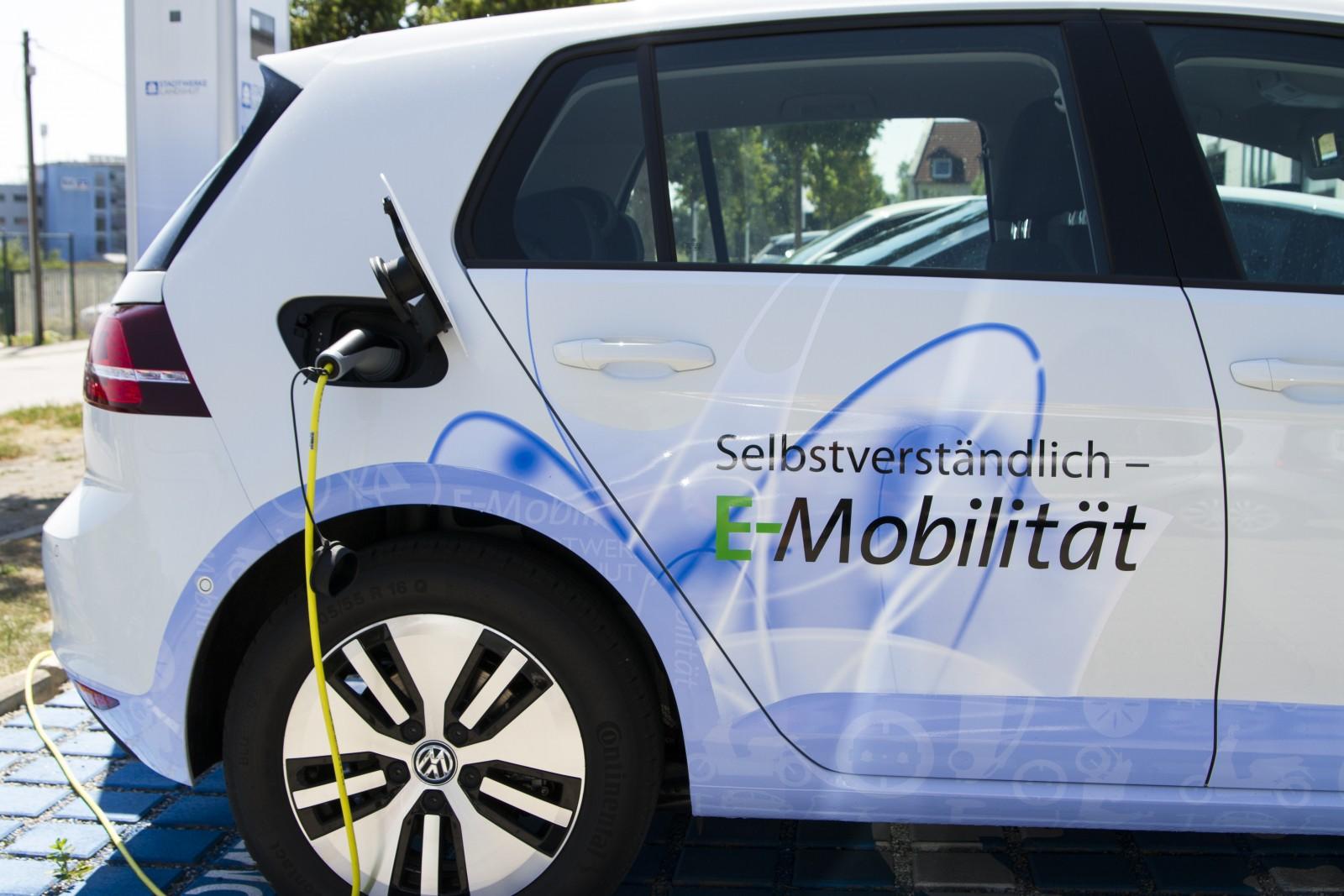 Elektroautos und Stromtankstelle