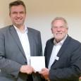 Werkleiter Armin Bardelle übergibt Geschäftsführer Bernhard Brand die Spende.