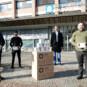 SWS Medicare Geschäftsführer über geben FFP2 Masken an Werkleiter Armin Bardelle