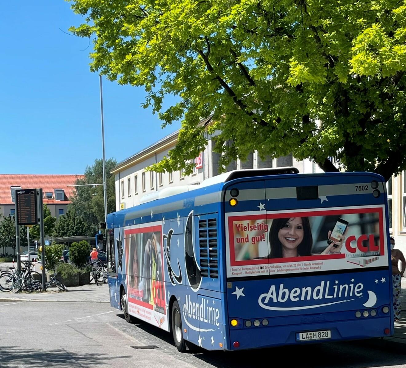 Abendlinien-Bus an einer Haltestelle