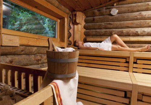 Sauna mit Frau im Hintergrund