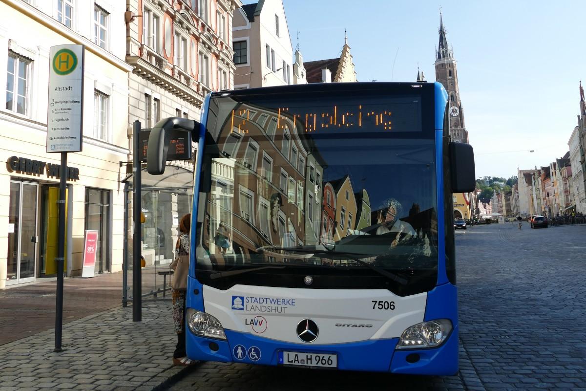 Bus an der Bushaltestelle in der Altstadt