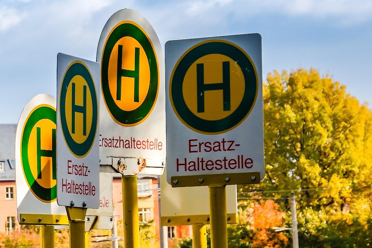 Busumleitung Stadtbus: Ersatzhaltestellenschilder vor einer Baustelle