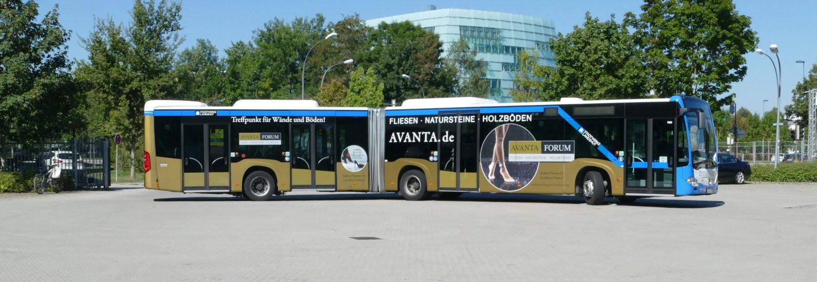 Buswerbung auf Gelenkbus