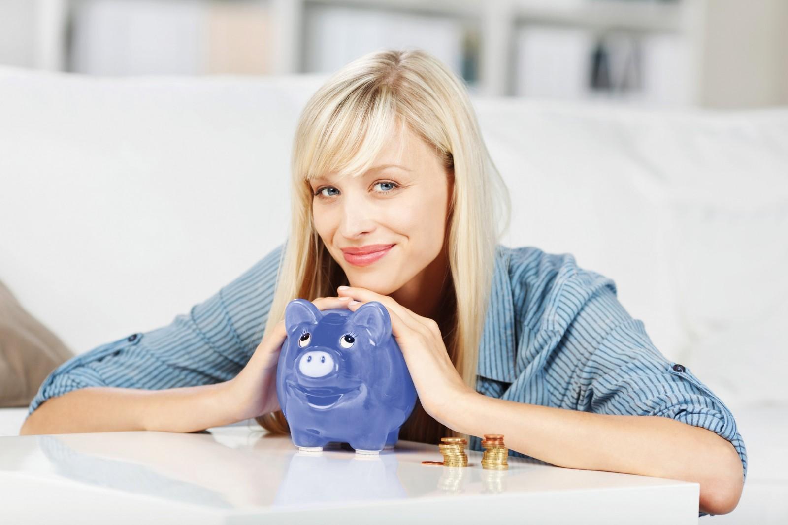 Frau spart Energie und spart dabei bares Geld