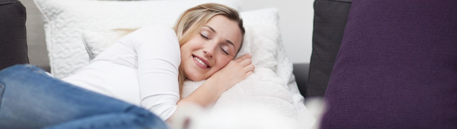 Frau im Bett genießt die Fernwärmeversorgung