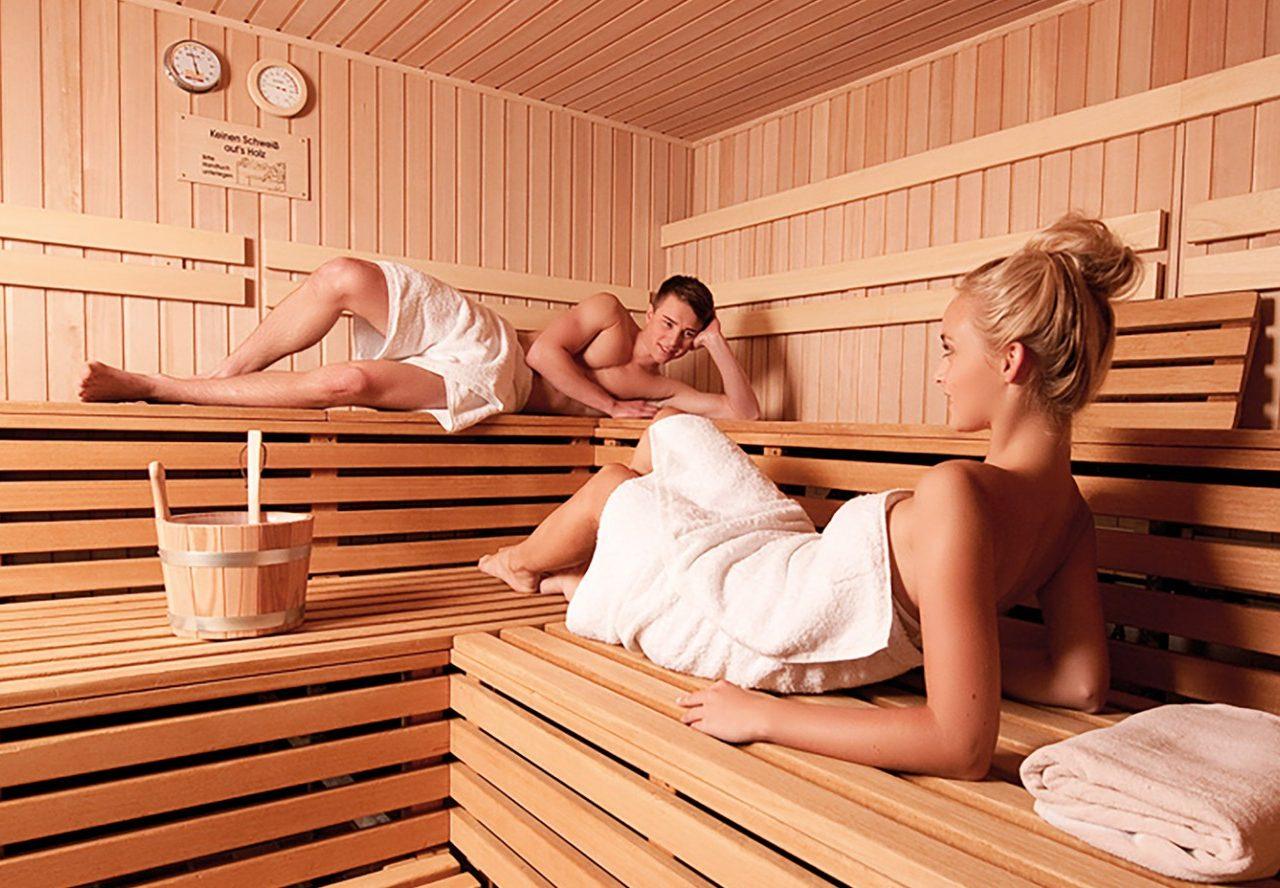 Große Finnensauna: Temperatur: 85 – 90° C, Luftfeuchtigkeit: ca. 10 %, Sitzplätze: max. 20