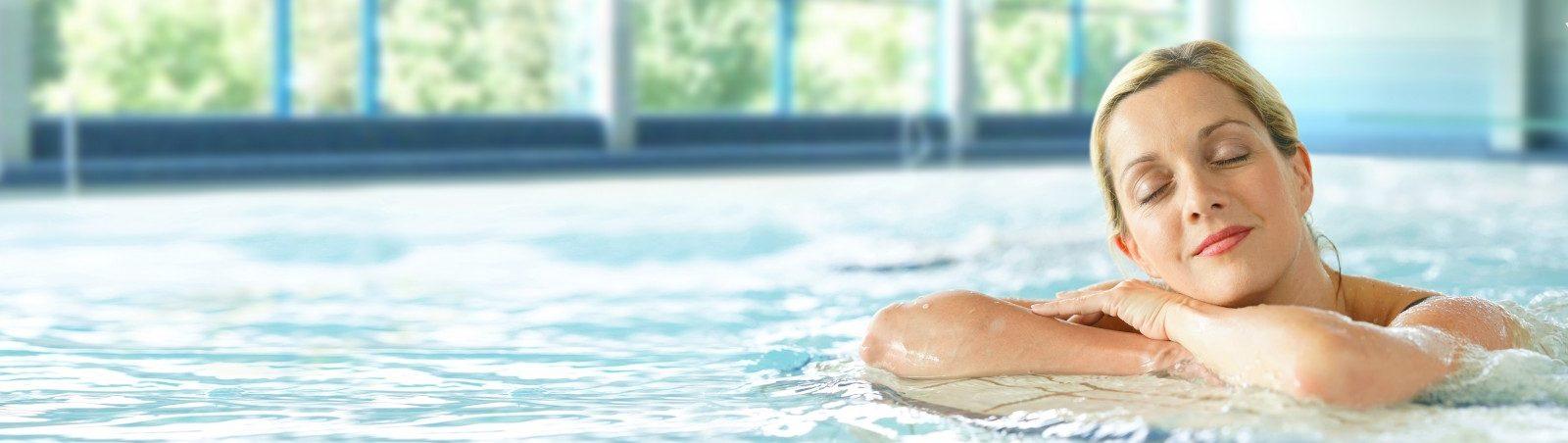 Schwimmerin im Hallenbad