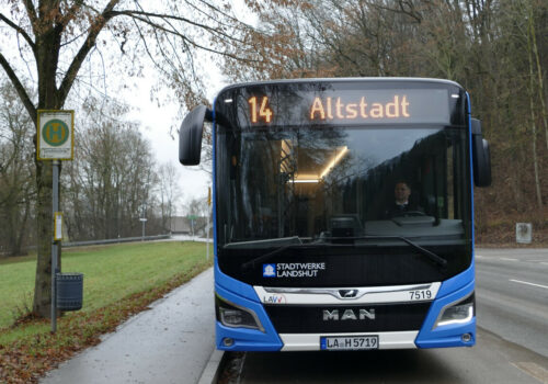 Linienbus 14 an der Haltestelle