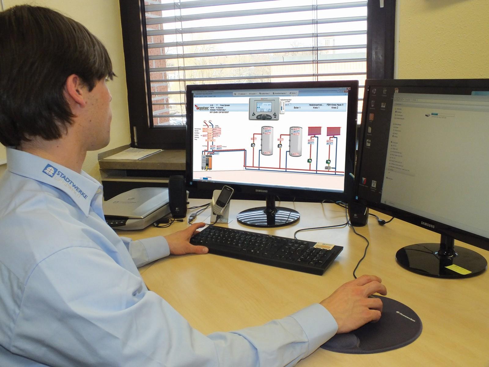 Ein Mitarbeiter der Stadtwerke Landshut arbeitet im Büro