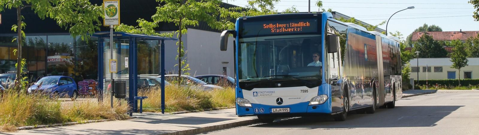Bus an Bushaltestelle in Landshut