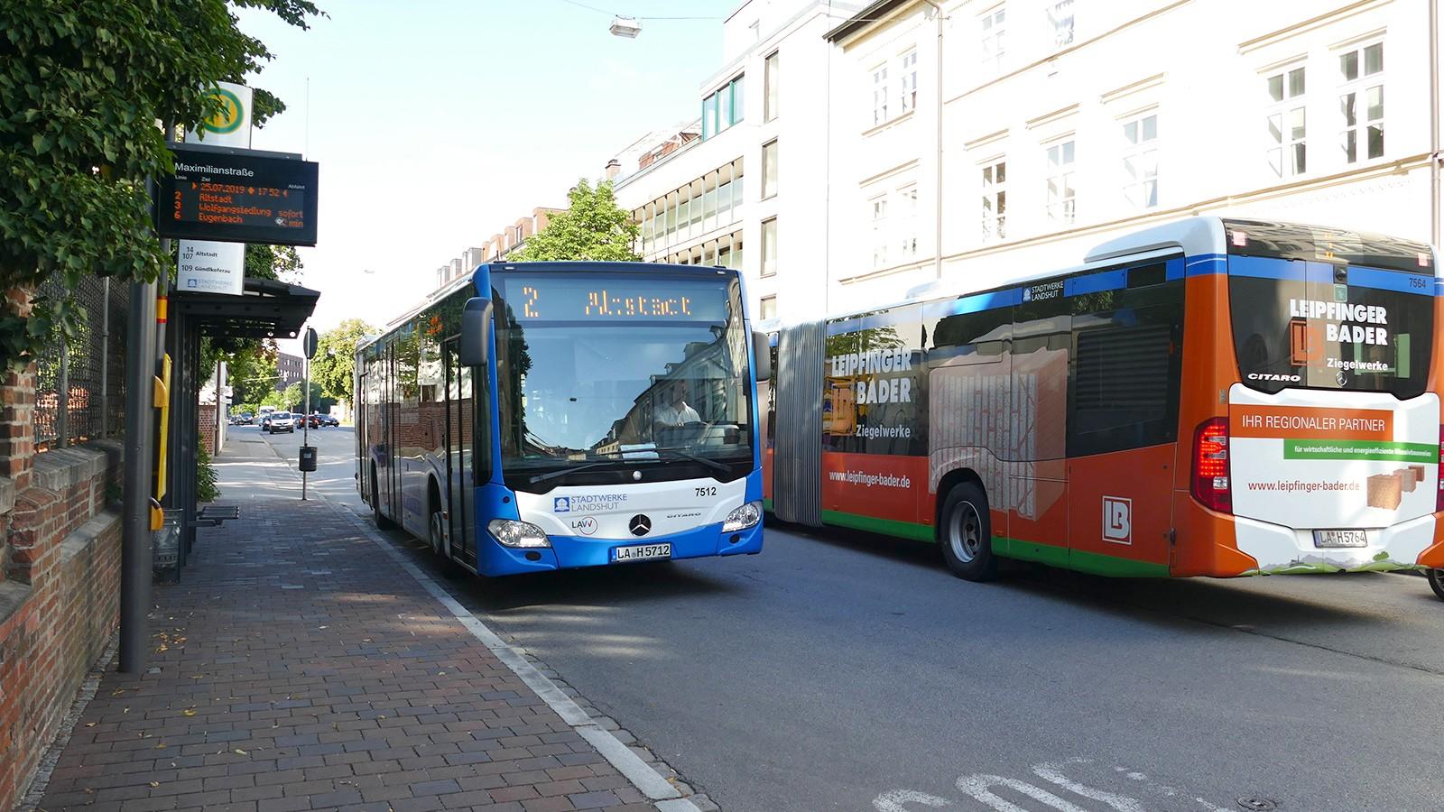Bushaltestelle mit Stadtbussen in Landshut