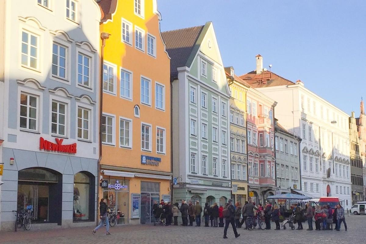 Warteschlange vor dem Kundenzentrum in der Altstadt Landshut