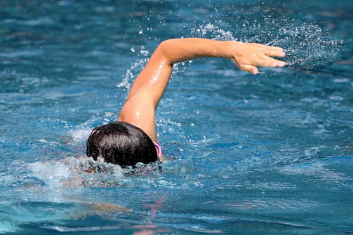 Ein Schwimmer krault im Stadtbad.