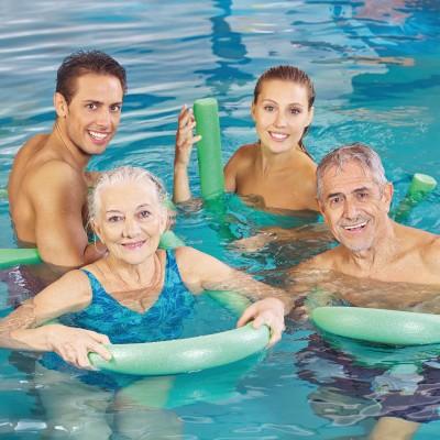 Familie beim Aqua-Kurs im Hallenbad Landshut