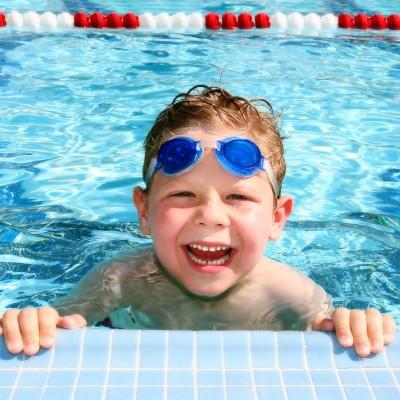 Junge am Beckenrand beim Schwimmkurs im Stadtbad Landshut