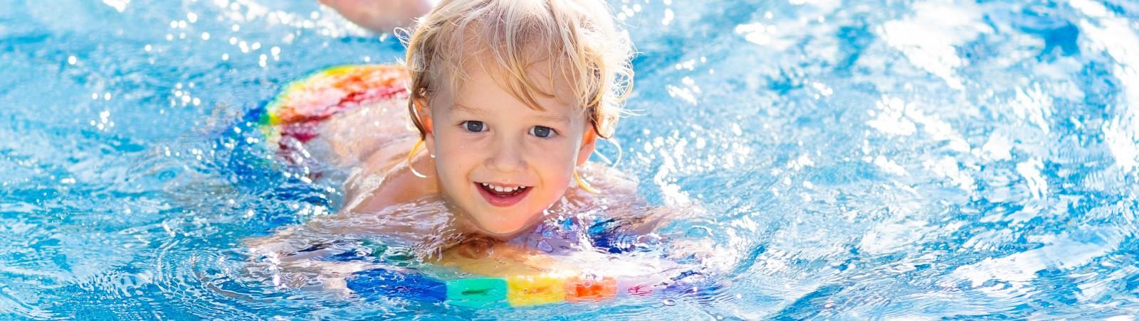 Kleiner Junge beim Schwimmkurs im Stadtbad Landshut