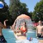 Jugendliche, die im Freibad Landshut Wasserball spielen