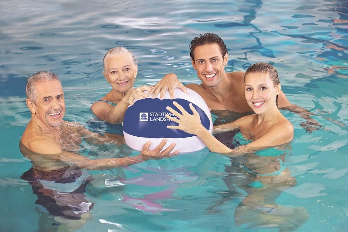 Familie beim Schwimmen im Hallenbad Landshut