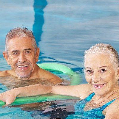 Senioren bei der Wassergymnastik im Hallenbad Landshut