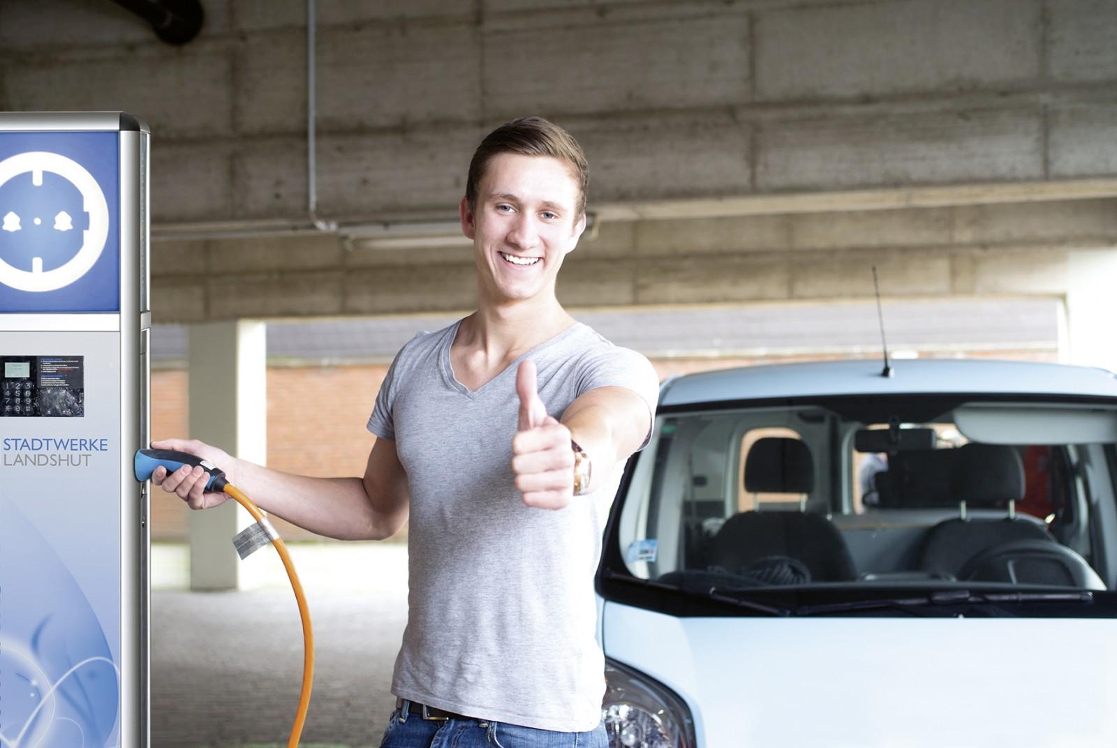 Mann tankt an Landshuter Stromtankstelle sein E-Auto auf