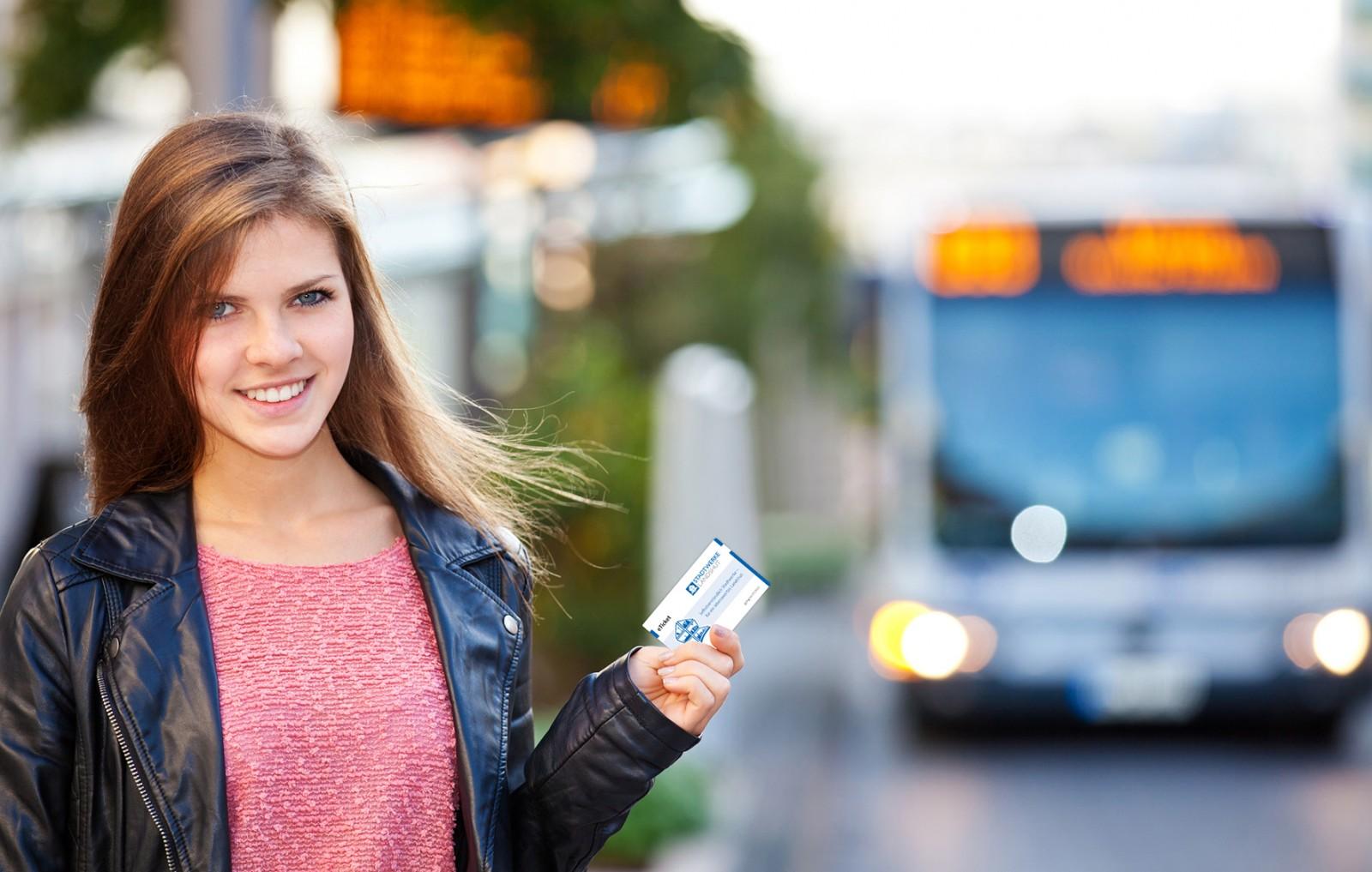 Frau vor Bus, E-Ticket