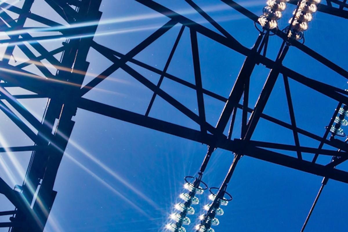 Strommasten zur Energieversorgung von Geschäftskunden