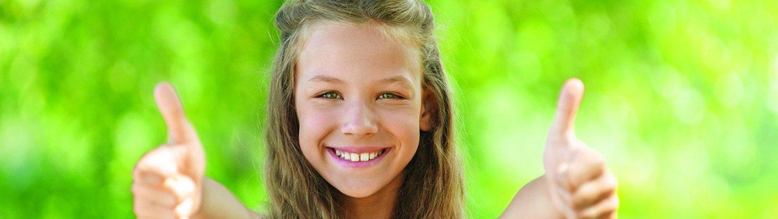 Mädchen hält beide Daumen hoch für das Ökogas der Stadtwerke Landshut